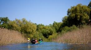 туристы sailing kayak стоковое изображение