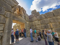 Туристы sightseeing на стробе льва, Mycenae, Греции стоковые изображения rf