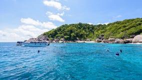 Туристы snorkeling на островах Similan в Таиланде Стоковое Изображение