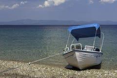 Турист арендовал шлюпку на пляже Стоковые Изображения RF
