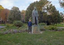 Турист бронзовым императором Фрэнсис Иосиф статуи i из Австрии, парка Burggarten, Вены стоковая фотография