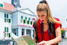 Турист будучи терянным в Джакарте, Индонезии Стоковые Изображения