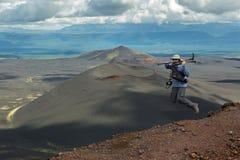 Турист вверху подъем тропы к извержению 1975 борозды Tolbachik северного прорыва большому стоковое изображение rf