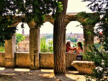 Турист Вероны Италии 21-ое июня 2012 /A женский беседует к другу w стоковое фото