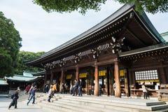 Турист видит висок Meiji классической деревянной святыни синтоистский в Shibuya Стоковая Фотография RF