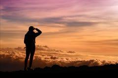 Турист восхищая захватывающие взгляды захода солнца от Mauna Kea, дремлющего вулкана на острове Гаваи Стоковое Изображение