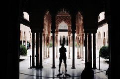Турист во дворце Альгамбра, Гранаде, Испании стоковая фотография