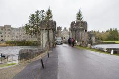 Турист входя в для посещения замка Ashford стоковое изображение