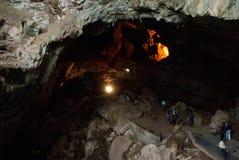 Турист входя в пещеры Borra Стоковые Фото