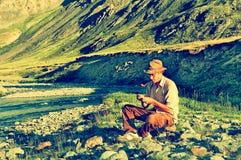 Турист в лагере Altai Стоковая Фотография RF