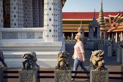 Турист в виске в Бангкоке Стоковое Изображение RF