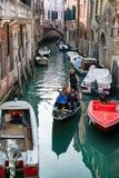 Турист в гондоле в Венеции, Италии Стоковое Фото