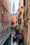 Турист в гондоле и колокольня Сан Marco на предпосылке в Veni Стоковая Фотография RF
