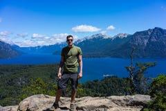 Турист в горах и озерах San Carlos de Bariloche, Аргентины стоковое изображение