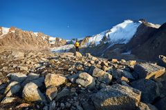 Турист в горах стоковые фотографии rf
