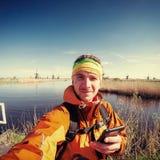 Турист в Голландии на предпосылке традиционной голландской ветрянки Стоковая Фотография RF