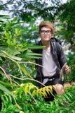 Турист в зеленых деревьях Стоковые Фото