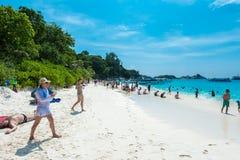 Турист в каникулах на острове Similan голубые небо и облака, голубое море и пляж с белым песком Стоковые Фотографии RF