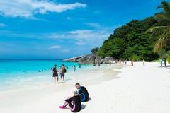 Турист в каникулах на острове Similan голубые небо и облака, голубое море и пляж с белым песком Стоковые Изображения