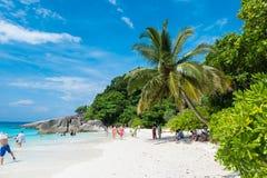 Турист в каникулах на острове Similan голубые небо и облака, голубое море и пляж с белым песком, нет 8 на национальном парке Simi Стоковое Фото