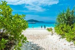 Турист в каникулах на острове Similan голубые небо и облака, голубое море и пляж с белым песком, нет 8 на национальном парке Simi Стоковое Изображение RF