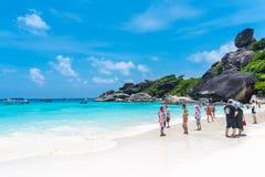 Турист в каникулах на острове Similan голубые небо и облака, голубое море и пляж с белым песком, нет 8 на национальном парке Simi Стоковые Изображения RF