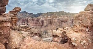 Турист в каньоне Charyn Казахстана стоковая фотография rf