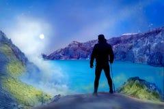Турист в кратере вулкана Утесы серы, вулканическое голубое кислотное озеро и дым Опасное путешествие в кратер a стоковая фотография rf
