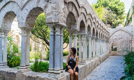 Турист в монастыре церков араб-Нормана & x22; Degli Eremiti& x22 San Giovanni; в Палермо Сицилия стоковые изображения