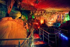 Турист в подземной пещере Стоковые Изображения