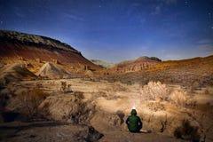 Турист в пустыне на ноче Стоковые Изображения RF