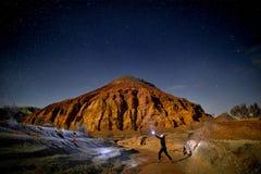 Турист в пустыне на ноче стоковые фото