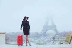 Турист в путешествие Париже, Европе стоковое фото