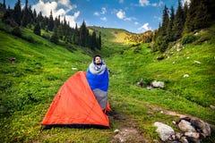 Турист в располагаясь лагерем шатре стоковые изображения