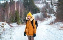 Турист в древесинах в зиме Стоковое фото RF