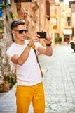 Турист в старом городке Стоковое Фото