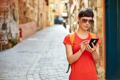 Турист в старом городке стоковое изображение