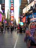 Турист в Таймс площадь, NYC, NY, США стоковые фото