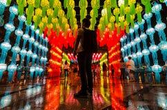 Турист в фестивале фонарика стоковое изображение rf