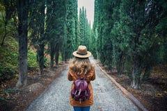 Турист в шляпе на переулке кипариса стоковое фото