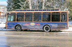 Турист городских carry автобуса через городок стоковые фотографии rf