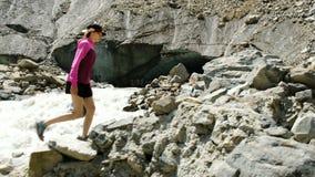 Турист девушки взбирается вверх камни в горах сток-видео