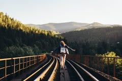 Турист девушки в горах на железнодорожном мосте с Ханом Стоковые Изображения RF