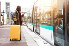 Турист девушки ждет поезд стоковые фото