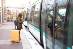 Турист девушки ждет поезд стоковая фотография rf