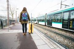 Турист девушки ждет поезд стоковое изображение