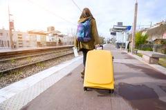 Турист девушки ждет поезд стоковое изображение rf