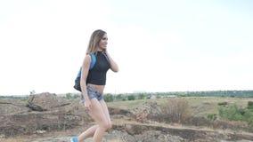 Турист девушки идет на утесы сток-видео