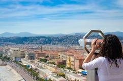 турист девушки на монетке привелся в действие бинокулярное от позади, наслаждающся смотрящ панорамный взгляд славного, Франция Стоковые Изображения RF
