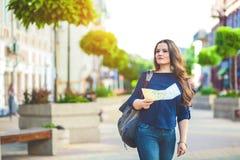 Турист девушки с картой в руке на гиде перемещения улицы города, туризме в Европе Стоковое Изображение RF
